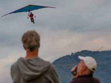 Kevin landt met zijn deltavlieger bij Chamoux