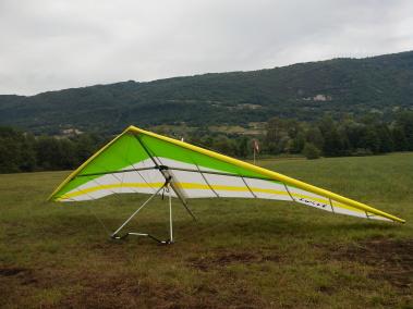 Deltavlieger Twist 2 van Ellipse op landingsterrein Col du Sapenay