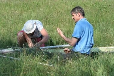 Heleen helpt een piloot zijn toestel repareren