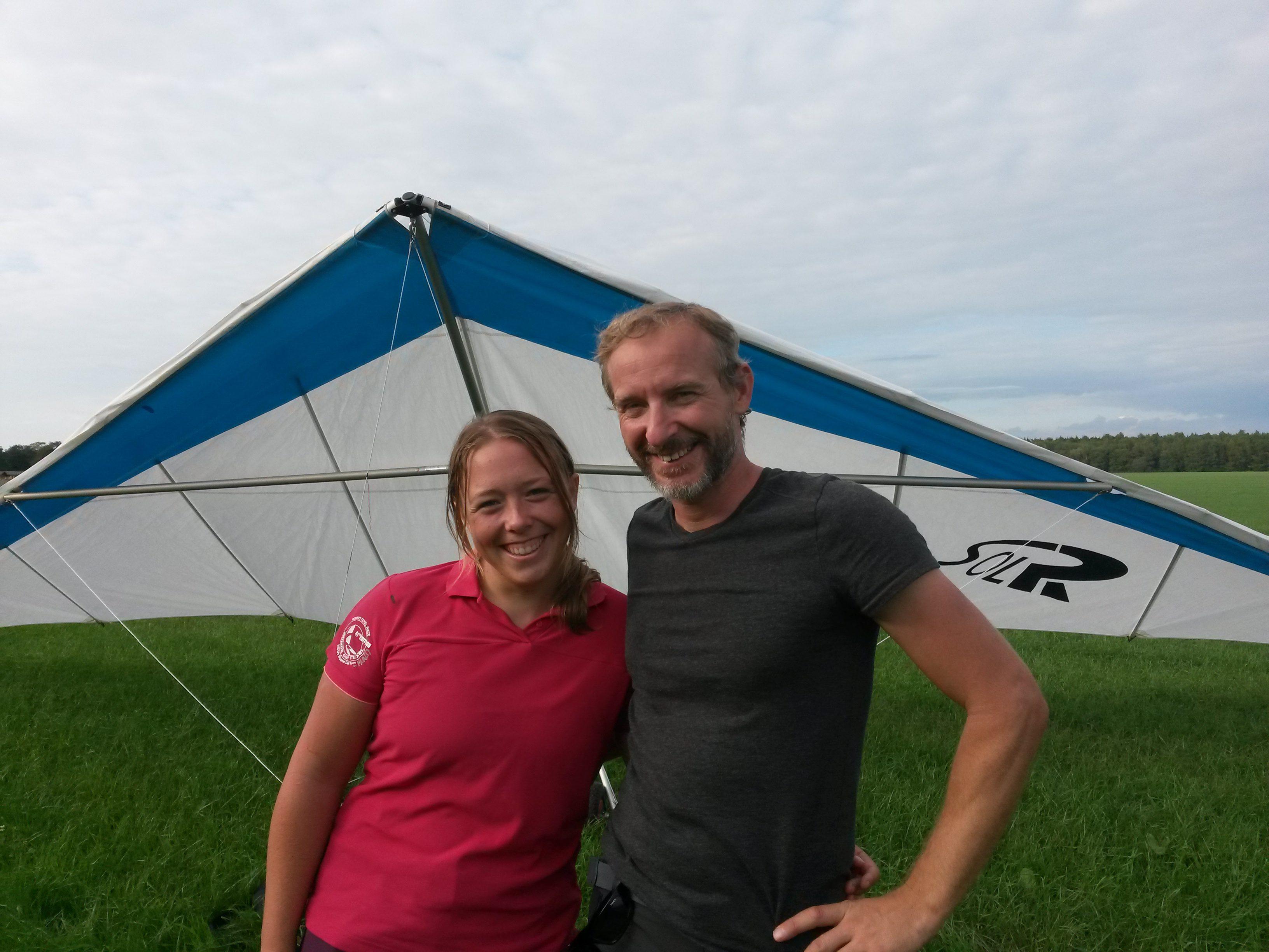Man en vrouw voor een deltavlieger