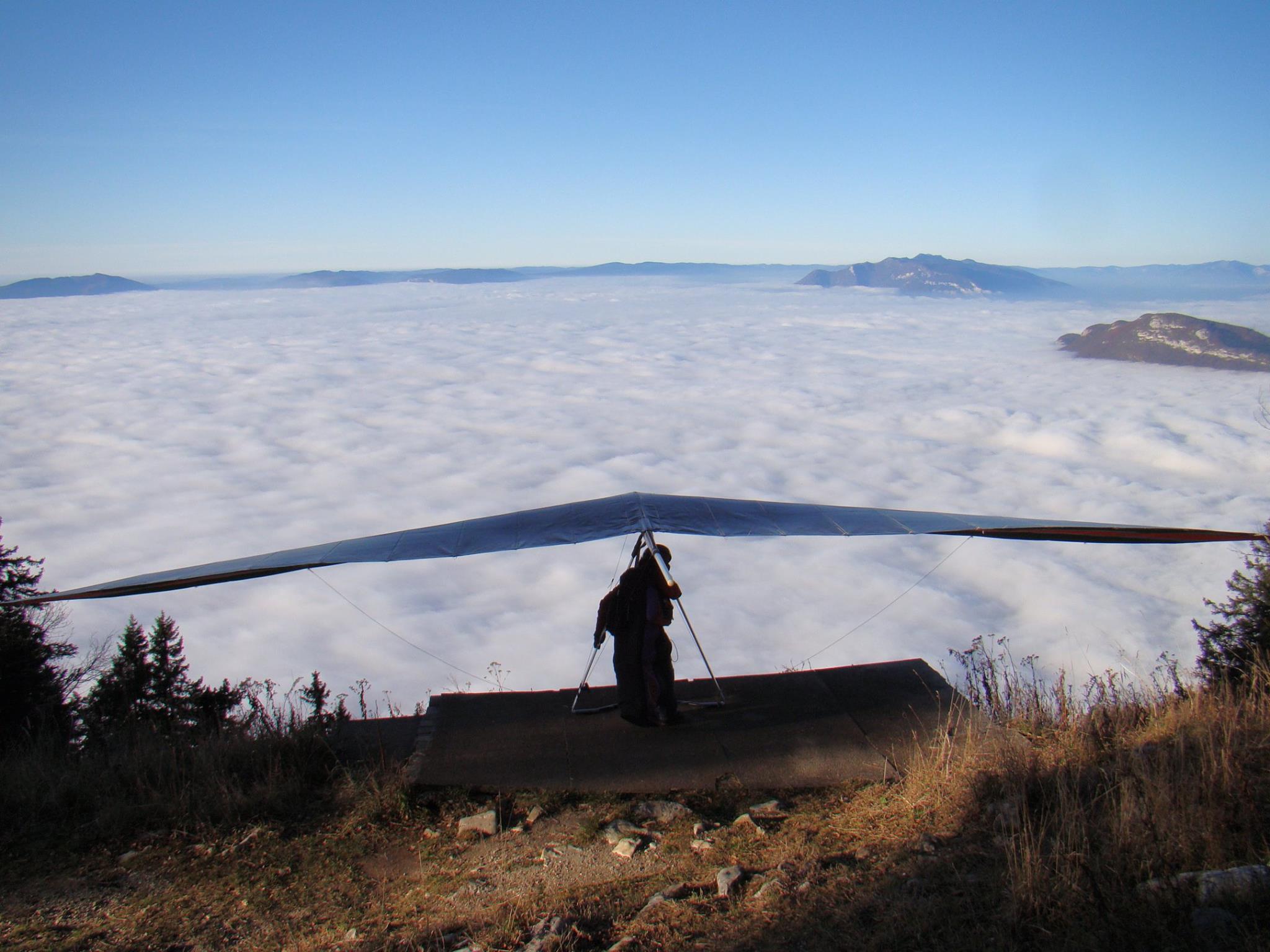 Alfonso startklaar boven op de Dent du Chat, met aaneengesloten wolkendek onder zich