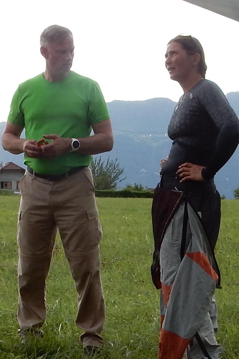 Paul en Heleen na een vlucht op een landingsterrein